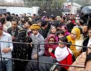 راولپنڈی: وقارالنساء کالج میں دہشتگردی کی افوا ہ کے بعد بچوں کے والدین ..