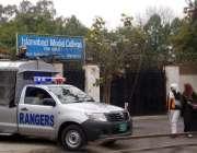 اسلام آباد: اسلام آباد ماڈل سکول کے باہر رینجرز کا اہلکار الرٹ کھڑا ..
