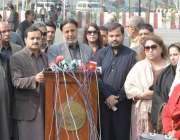 لاہور: اپوزیشن لیڈر میاں محمود الرشید پنجاب اسمبلی کے حاطہ میں دیگر ..