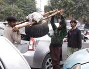 لاہور: ہائیکورٹ کی پارکنگ میں کھڑی گاڑیوں کے اوپر سے دو افراد دیگ اٹھا ..