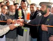 نوشہرہ: وزیر اعظم کے مشیر انجینئر امیر مقام پاسپورٹ آفس کا افتتاح کر ..