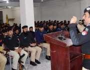 صوابی: ڈی آئی جی سعید خان وزیر پولیس ریکروٹس سے خطاب کر رہے ہیں۔