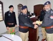 صوابی: ڈی آئی جی سعید خان وزیر ٹریننگ حاصل کرنیوالے اہلکارو ں میں اسناد ..