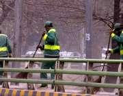 لاہور: پی ایچ اے کے ملازمین نہر کے فٹ پاتھ کی صفائی کر رہے ہیں۔