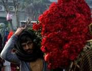 لاہور: ویلنٹائن ڈے کے موقع پر بیوپاری منڈی میں پھول خرید رہے ہیں۔