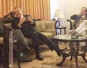 لاہور: سابق وزیر خارجہ خورشید محمود قصوری تحریک انصاف کے رہنما اعجاز ..