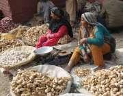 لاہور: محنت کش خواتین سبزی منڈی میں دکانیں سجائے بیٹھی ہیں۔