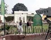 لاہور: علامہ اقبال میوزیم کی بیرونی دیوار گرا کر نئی تعمیر کرنے کے لیے ..
