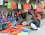 لاہور: انارکلی میں ایک شخص نے کپڑے کے بنے ہوئے بیگ فروخت کرنے کے لیے ..
