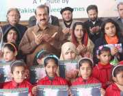 اسلام آباد: سویٹ ہوم کے بچے زمرد خان اور مہمانوں کے ہمراہ فاطمہ ثریا ..