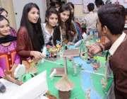 کراچی: ناظم آباد میں واقع اختر اکیڈمی میں سائنسی نمائش میں طالبات کے ..