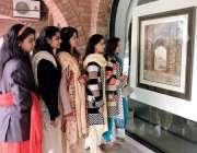 لاہور: الحمراء ہال میں لڑکیاں ایک تصویر کو انہماک سے دیکھ رہی ہیں۔