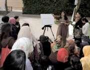 لاہور: الحمراء ہال کے صحن میں ایک ٹیچر طالبات کو آرٹ کی کلاس دے رہی ہے۔