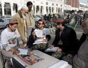 لاہور: مال روڈ پر پی ٹی آئی کی ممبر شپ کے لیے لگائے گئے کیمپ پر ایک بزرگ ..