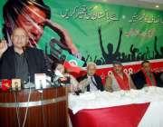 لاہور: تحریک انصاف پنجاب کے سابق آرگنائزر چوہدری محمد سرور پارٹی کنونشن ..