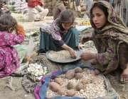 لاہور: سبزی منڈی میں محنت کش بچیاں اپنے والدین کا ہاتھ بٹانے کے لیے ..