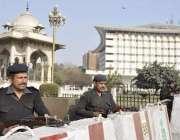 لاہور: پنجاب اسمبلی کے اجلاس کے موقع پرپولیس اہلکار داخلی راستے پر ..