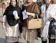 لاہور: خواتین ارکان پنجاب اسمبلی کے اجلاس میں شرکت کے بعد واپس جا رہی ..