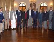 لاہور: گورنر پنجاب ملک محمد رفیق رجوانہ کے ہمراہ پاکستان نیشنل فوم ..
