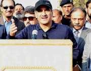لاہور: وفاقی وزیر ریلوے خواجہ سعد رفیق والٹن ریلوے اسٹیشن پر میڈیا ..