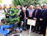 لاہور: گورنمنٹ کالج یونیورسٹی کے وائس چانسلر پروفیسر ڈاکٹر حسن امیر ..