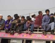 لاہور: ٹرانسپورٹ کی کے باعث مسافر بس کی چھت پر بیٹھ کر سفر کر رہے ہیں ..