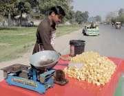 لاہور: ایک محنت کش گنڈیریوں کی ریڑھی سجائے گاہکوں کا انتظار کر رہا ہے۔