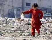 راولپنڈی: ایک کمسن بچی چائے ہاتھ میں لیے ننگے پاؤں گھر جا رہی ہے۔
