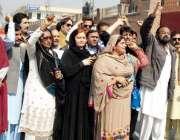 پشاور: پشتون آرٹسٹ اپنے مطالبات کے حق میں احتجاجی مظاہرہ کر رہے ہیں۔