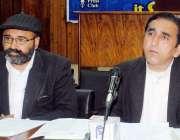 پشاور: میاں صبغت شاہ ایڈووکیٹ پریس کانفرنس کر رہے ہیں۔