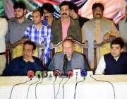 لاہور: تحریک انصاف پنجاب کے صدارتی امیدوار چوہدری محمد سرور دیگر کے ..