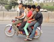 لاہور: پانچ نوجوان موٹر سائیکل پر خطر ناک طریقے سے سوار ہو کر جا رہے ..
