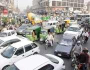لاہور: شملہ پہاڑی چوک میں ٹریفک جام کا منظر۔