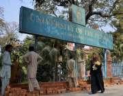 لاہور: سیکیورٹی کے پیش نظر مال روڈ پر اولڈ کیمپس یونیورسٹی کی عقبی دیوار ..