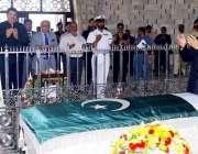 کراچی: گورنر پنجاب ملک محمد رفیق رجوانہ قائد اعظم محمد علی جناح کے مزار ..