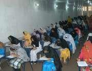 لاہور: کالج آف بزنس سائنسز (LCBS)کھراپل جلو کے ایگزامینیشن ہال میں طالبات ..