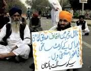 لاہور: مال روڈ پر اپنے مطالبات کے حق میں مظاہرے میں شریک ایک سکھ نے پلے ..