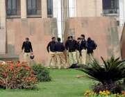 لاہور: پنجاب اسمبلی کے سامنے ڈیوٹی پر تعینات پولیس سمٹ مینار کے احاطہ ..