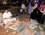 لاہور: جیلانی پارک میں جاری جشن بہاراں میلہ میں ایک کمہار مٹی کے برتن ..