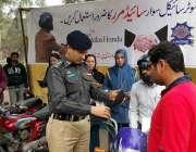 لاہور: چیف ٹریفک آفیسر طیب حفیظ چیمہ مال روڈ پر ٹریفک آگاہی کیمپ کے ..