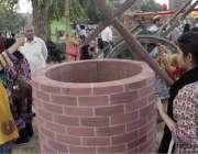 لاہور: جیلانی پارک میں جاری جشن بہاراں فیسٹیول میں رکھے گئے کنویں کے ..
