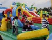 لاہور: جیلانی پارک میں جاری جشن بہاراں فیسٹیول میں بچے کھیل کود میں ..