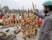 لاہور: جیلانی پارک میں جاری جشن بہاراں فیسٹیول میں لکڑی کی آگ سے سجی ..