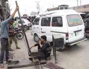 لاہور: دو موریہ پل کے قریب ایک ویلڈنگ والے نے سڑک کر درمیان دکان لگا ..