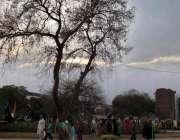 لاہور: شہر میں دوپہر کے وقت چھائے بادلوں کا خوبصورت منظر۔