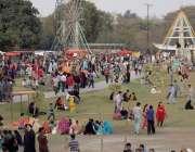 لاہور: جیلانی پارک میں جاری جشن بہاراں فیسٹیول میں شہریوں کی بڑی تعداد ..
