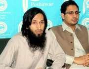 پشاور: کے ٹی ایچ کے ڈاکٹرز مشترکہ پریس کانفرنس سے خطاب کر رہے ہیں۔