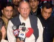 لاہور: تحریک انصاف پنجاب کے صدارتی امیدوار چوہدری محمد سرورمیڈیا سے ..