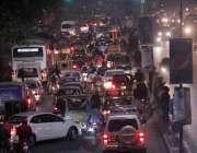 لاہور: مال روڈ پر رات کے وقت ٹریفک جام کا منظر۔