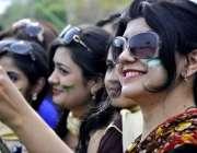راولپنڈی: وقارالنساء قالج میں کرکٹ سٹیڈیم کے افتتاح کے بعد طالبات کرکٹ ..